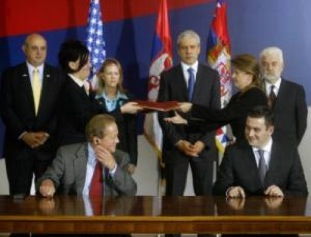 Cooper's Hall Miller (l) signs the agreement with Serbian Economy minister Neboja iri (Photo: Beta).